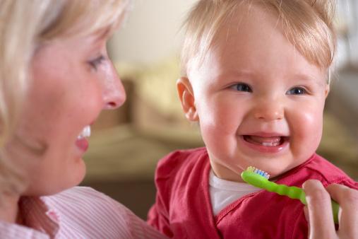 一项来自全国牙病预防指导组的全国口腔健康调查显示,孩子患蛀牙在90%,另外生活方式的改变,现在的孩子牙齿不整齐的也越来越多。在蛀牙孩子中,奶瓶龋的孩子并不少见。暨南大学附属穗华口腔医院专家介绍,新生的孩子食物主要以牛奶为主,乳牙萌出后,因为自己还不会清洁牙齿,口腔内容易滋生细菌代谢产生酸性物质,患上蛀牙。